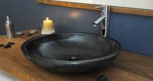 Pour une rénovation salle de bain sans tout casser, astuces déco pour installer un plan vasque, poser un revêtement stratifié, refaire la peinture couleur salle de bain