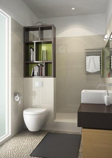 Une petite salle de bain à l'aménagement optimisé : Grande douche italienne avec muret de séparation pour placer Les WC suspendus et meuble niches de rangement