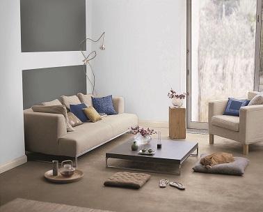 Dans ce petit salon, la tendance est clairement affichée. La peinture gris ancre au mur (proche de l'anthracite) s'allie avec la couleur blanche pour créer une ambiance design et sobre. Le mobilier dans une teinte tirant plus vers le taupe et le beige clair apporte de la douceur à l'atmosphère. La peinture gris dans le salon, on dit oui !