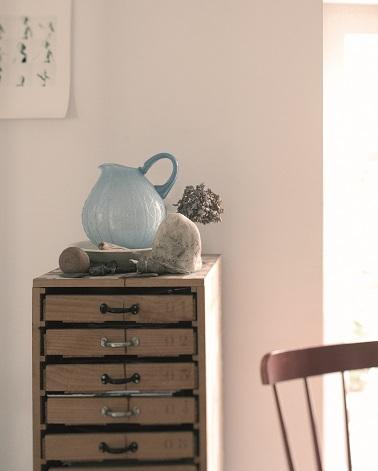 La teinte de peinture Toile de Lin, une couleur naturel de lin légérement rosé pour créer une ambiance zen dans le salon, la chambre mais aussi les pièces d'eau comme la salle de bain à associer avec des meubles bois pour dégager toute la sérénité de cette couleur douce