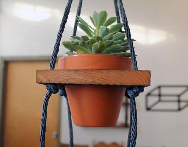 Dernière étape pour finir la suspension porte plante, faire un noeud avec les 4 cordes enfilées dans les étagères supports de pots, puis suspendre le tout à une patère mural dans le salon, la cuisine ou encore sous la véranda ou la terrasse