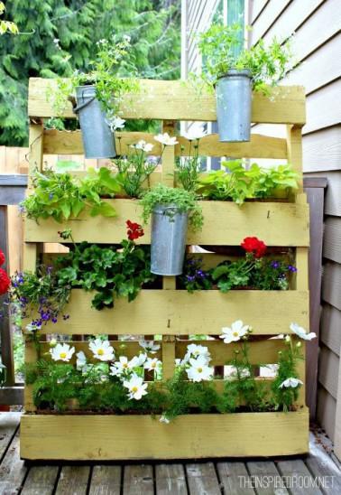 Le porte plante fleurie, La palette en bois reste un élément essentiel pour faire des objets de décoration en matériaux de récupération.