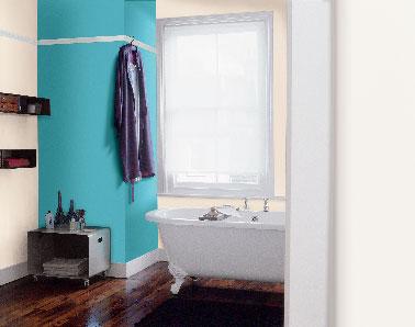 la peinture bleu confirme son effet déco pour structurer l'espace d'une pièce par la couleur. En total look sur les murs, ou en isolé pour peindre un pan de mur comme dans cette salle de bain, le bleu souligne et valorise les teintes naturelles tant pour la couleur des murs que celle du mobilier bois dont il aime l'aspect chaleureux.