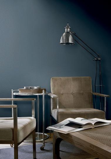 Grâce à une peinture couleur bleu grisé un esprit urbain flotte dans ce salon. Le bleu gris des murs auprès des fauteuils brun exprime son côté chic avec la complicité de l'alu des accoudoirs et du guéridon. Peinture Flamant Tollens.