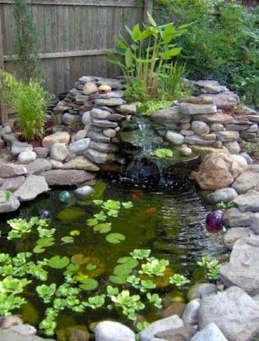 Installez un bassin et renforcez l'effet détente du jardin japonais. Agrémenté de galets et de plantes, voilà un élément déco charmant dans le jardin zen !