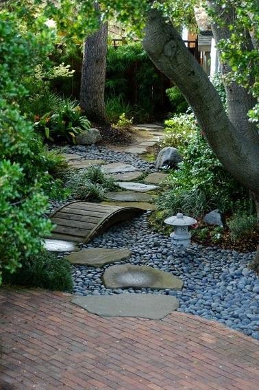 Délimitant un chemin de circulation dans le jardin zen, les pas japonais sont à la fois pratiques et esthétiques et créent une déco minérale japonisante.