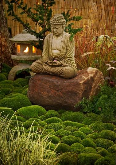 Les statues Bouddha apportent un effet spirituel au jardin zen. Cachés ou affichés au grand jour ces objets déco évoquent la méditation et le lâcher prise. ©mossandstonegardens