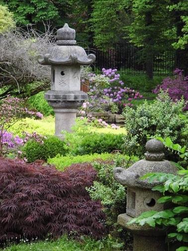 Les lanternes en pierres sont idéales pour un jardin japonais qui respecte la tradition. Tels de petits monuments, elles décorent subtilement le jardin zen.