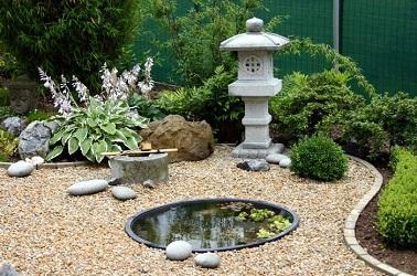 Les petits jardins zen, ça existe ! La preuve avec cet extérieur qui réunit les règles déco d'un jardin zen. Point d'eau, minéral & végétal, tout est là !