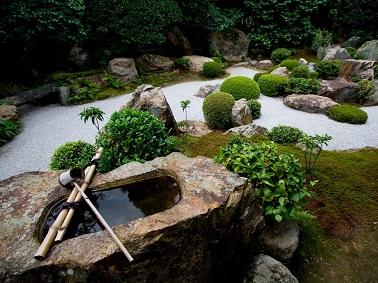 Pour un beau jardin zen, rien ne vaut l'organisation ! Mariant végétal, minéral et eau cette déco jardin zen est un exemple d'agencement parfait !