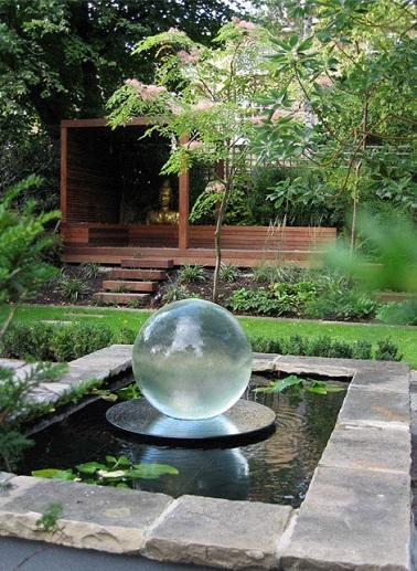 Le jardin zen opte pour une fontaine ronde et transparente. Moderne et poétique, elle apporte un style contemporain à l'aménagement traditionnel du jardin.