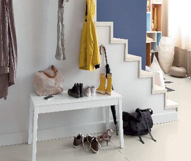 Avec cette peinture plus besoin de rogner sur l'aspect déco d'une finition mat ! Deux couches de peinture et murs, rambarde bois et plinthes se lessivent pour faire disparaître toutes empreintes non désirées. Peinture escalier couleur Bleu Indigo. Murs et boiseries entrée couleur blanc.