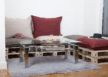 Une banquette qui se transforme en pouf ou canapé d'angle simplement en déplaçant les palettes. En jouant sur la couleur des coussins l'effet déco s'ajoute à l'aspect pratique du cencept de meuble modulable.