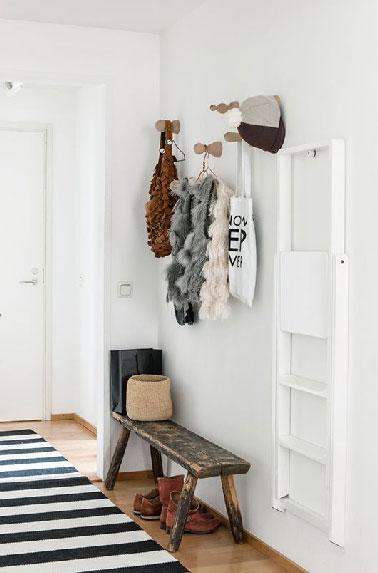 Pour la décoration de l'entrée d'un appartement une peinture blanche pour apporter de la luminosité et banc et échelle de récup détournés de leur fonction d'origine.
