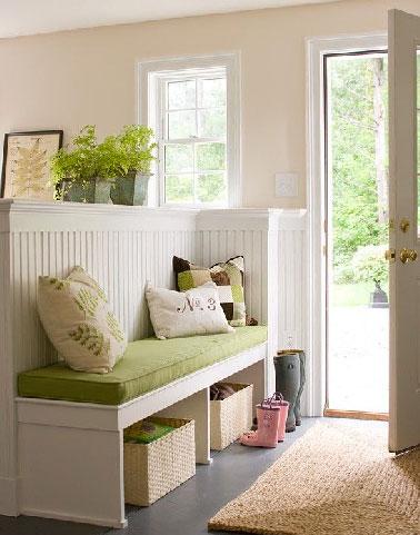 Une cloison sèche pour séparer l'entrée du séjour, l'option retenue dans cette maison de campagne. Appuyée sur la cloison, une banquette aussi décorative que pratique sert aussi au rangement des chaussures.
