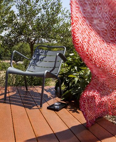 Efficace le résultat de l'entretien de cette terrasse bois après l'application de 2 couches du saturateur bois teinté teck opacifiant pour dissimuler les taches et défauts du bois
