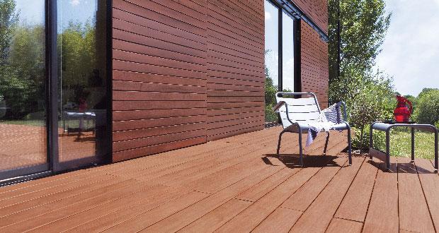 Une innovation pour l'entretien d'une terrasse bois avec le saturateur bois opaque de V33 qui s'applique directement en 2 couches sur toutes les essences bois et propose un nuancier de 7 teintes : Pin, teck, Okoumé, Wengé...