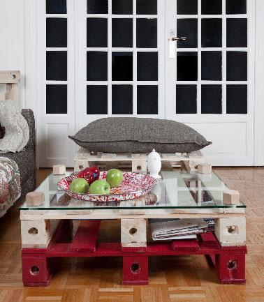 Un exemple de table basse fabriquée avec 2 palettes bois et un plateau de verre.  Pour agrandir la table ou la transformer en meuble TV, il suffit d'ajouter 1 ou 2 palettes fixées par des vis bois vendues sur le site Pal Id. insérer une palette de couleur entre 2 en bois brut permet d'harmoniser son meuble à la déco du salon.
