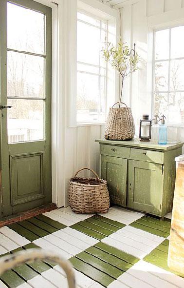 Cassant la barrière entre intérieur et extérieur, une entrée de maison de campagne qui mise sur le vert olive et le lin pour faire une décoration inspirée de la nature