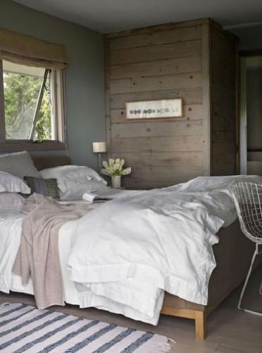 un sol parquet, un lit en bois des couleurs naturelles, la chambre se fait cosy comme dans un chalet