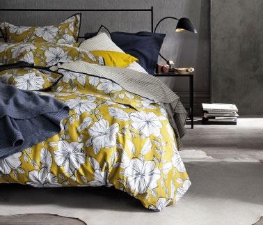 Dans chambre taupe et bleu cosy parure de lit cocooning collection Nina Ricci Maison