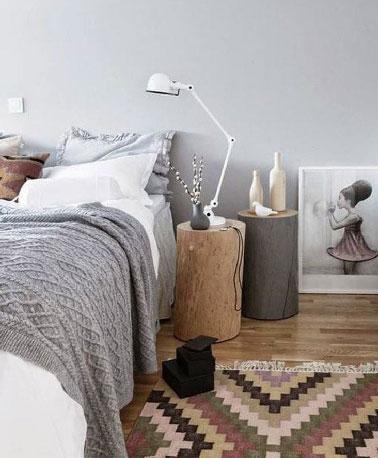relooking chambre grise avec du bois et tapis de laine pour en faire un chambre cocooning