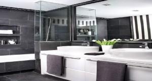 La teinte gris anthracite a tout pour mettre en valeur la décoration d'une pièce. Avec une peinture sur un pan de mur, ce gris intense révèle son aspect design avec des couleurs en contraste de rouge, jaune par exemple et révèle les nuances de gris clair d'un canapé par exemple.