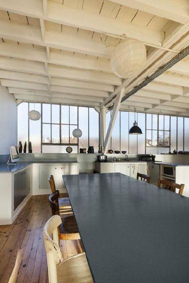 Une seule peinture dans la cuisine pour peindre les poutres du plafond, les plan de travail, la crédence et la table, le concept Tollens avec la peinture rénovation multi supports Design & Vous en vente chez Castorama