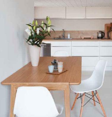 Pour éliminer les rayures et les taches sur le plan de travail de la cuisine, V33 propose un vernis plan de travail ultra résistant pour plan de travail verni, en bois, en stratifié ou déjà peint disponible en 4 teintes en vente chez Leroy Merlin