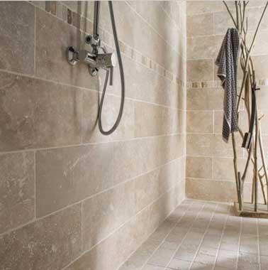 Pavimento e rivestimento in pietra naturale in un bagno Zen Travertino l.10 x L.10 cm  Artens colore avorio, finitura opaca 29,96 € / m² Leroy Merlin