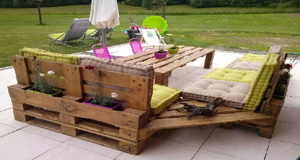 Le salon de jardin en palette nécessite un traitement du bois pour une bonne conservation. Peinture, lasure, vernis, ce qu'il faut savoir pour protéger les palettes bois séjournant à l'extérieur.