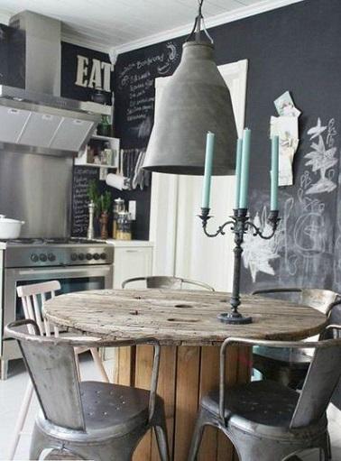 Des objets chinés, voilà l'atout de cette cuisine style industriel. La peinture ardoise des murs offre un écrin moderne aux éléments gris bruts et à la table en bois.