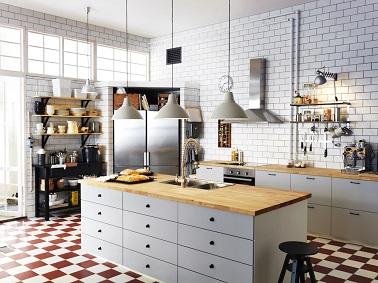 Dans cette cuisine style industriel, le blanc domine pour un effet lumineux et aérien. Ici la déco industrielle se marie avec une déco scandinave pour une cuisine épurée.