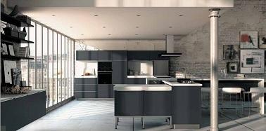 La déco de cette cuisine industrielle croise l'univers contemporain. Les meubles modernes tranchent avec le brut de la verrière, du poteau acier et du mur en briques.