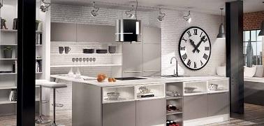 Lumineuse, cette cuisine style industriel insère des éléments modernes sobres au milieu des briques peintes et des grands poteaux en acier noir. So chic !