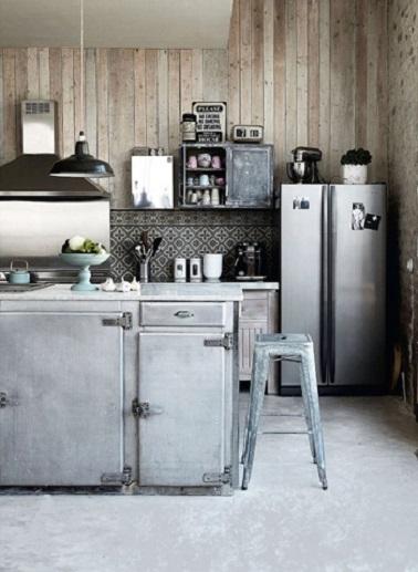 Bois et métal, l'alliance est parfaite dans cette cuisine style industriel. Le mur et les meubles en bois et l'ilot central en acier se combinent pour une ambiance originale.