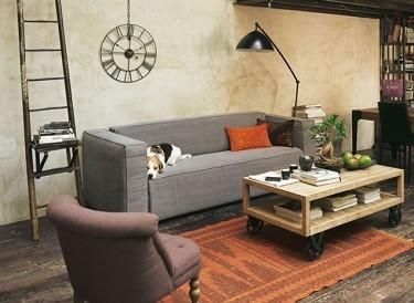 Un canapé étroit, un fauteuil discret et une table basse en bois sur roulettes, ce petit salon rivalise d'inventivité pour se meubler dans une déco style industriel récup.
