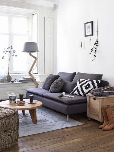 Une idée déco en vogue pour les petits salons : les meubles design en bois. Chaleureux ils permettent de créer un vrai esprit détente cocooning dans les petits espaces.
