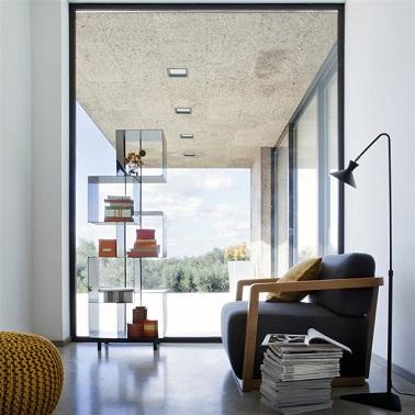 Quand on a pas beaucoup de place dans le salon, le fauteuil est une bonne idée. Avec une forme cubique mêlant bois et tissu ce fauteuil La Redoute est super pratique.