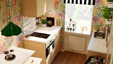 Une bonne idée pour aménager une cuisine équipée dans un petit appartement : face au bloc de cuisine, un meuble évier et plan de travail. En complément une table escamotable blanche. Table de cuisson vitrocéramique domino noir Ikea.