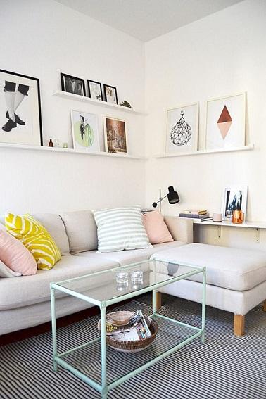 La clarté inonde ce petit salon qui a tout d'un grand. Une table basse en verre aérienne et un canapé d'angle avec méridienne, ce petit espace joue avec des meubles cosy.