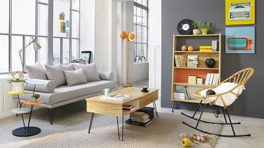 Ce petit salon au look vintage est aménagé sobrement grâce à des meubles chics. Montés sur des pieds ultra fins, les différents éléments de ce séjour aèrent l'espace.
