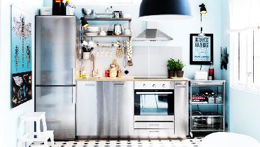Cette kitchenette optimise l'espace au maxi. Dansles meubles Metod, sont encastrés mini lave vaisselle, table de cuisson à induction et un four prêt à vous mijoter les meilleurs petits plats.