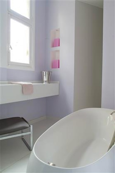 pentru a da o impresie de mărime față de el Baie mică, nimic ca o vopsea de baie luminoasă. Aici este lila moale lila.'une peinture de salle de bain lumineuse. Ici c'est la teinte douce Lila.