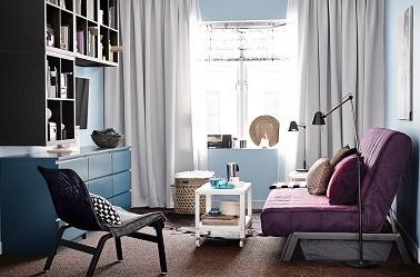 Un mobilier modulable dans un petit salon, une idée déco indispensable pour faire de son séjour une pièce bien agencée agréable. On aime la table basse sur roulettes !
