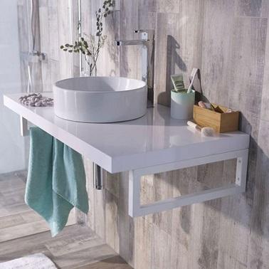 În această baie mică de baie Prezentați prosopul funcției / uși cu dublă lavă. Un sfat funcțional pentru a evita aglomerația camerei.'encombrer la pièce.
