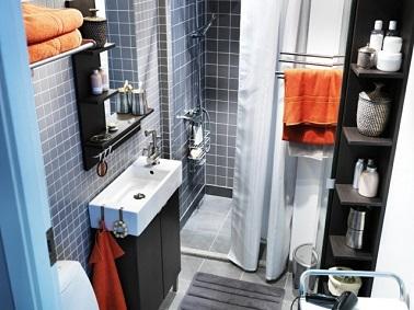 Această baie mică și lungă IKEA rivals trucuri pentru a obține spațiu practic și liber. Mobilierul este gândit în funcție de cameră.'astuces pour se rendre pratique et libérer l'espace. Les meubles sont pensés en fonction de la pièce.