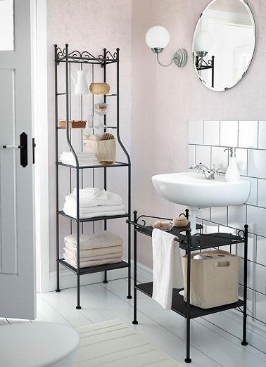 Mobilier retro, o chiuvetă suspendată, această baie mică nu uită decorul și îl combină cu caracterul practic în toată eleganța.'oublie pas la déco et l'allie à la praticité en toute élégance.