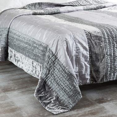 Boutis en tissu effet satiné enveloppant et esthétique pour la chambre.