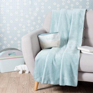 Un plaid en tissu couleur bleu pastel tendance scandinave.